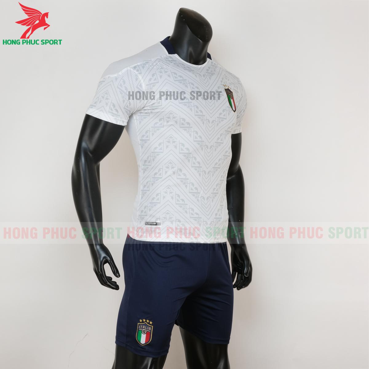 Áo đấu tuyển Italia 2020 sân khách (phải)