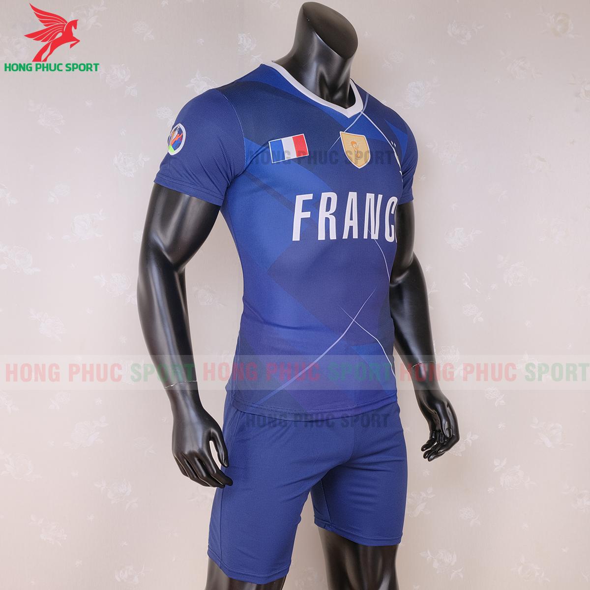 Áo đấu tuyển Pháp 2020 phiên bản Fan (phải)
