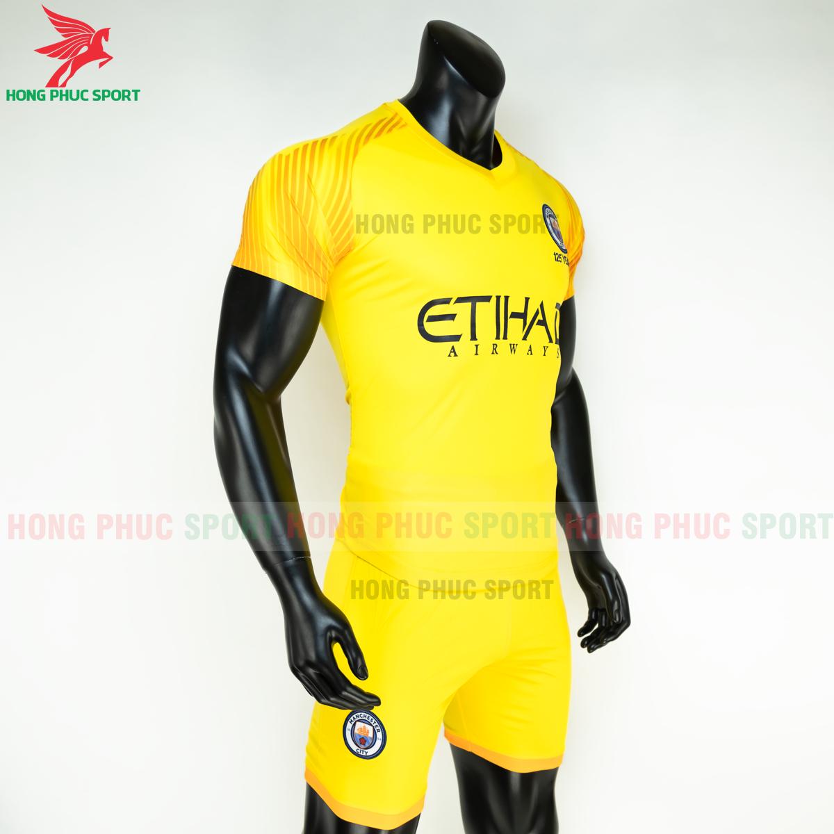 Áo đá bóng thủ môn Manchester City 2019 2020 mẫu thứ 3 (phải)