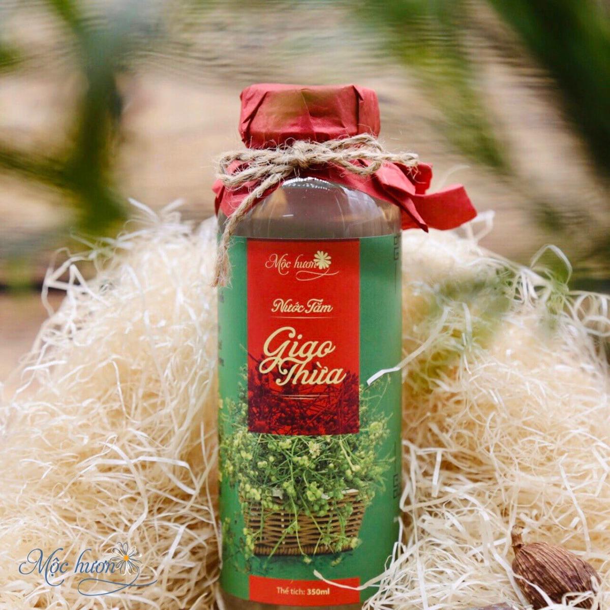 Nước tắm giao thừa Mộc Hương được sản xuất với thành phần chính là cây mùi già và sả chanh