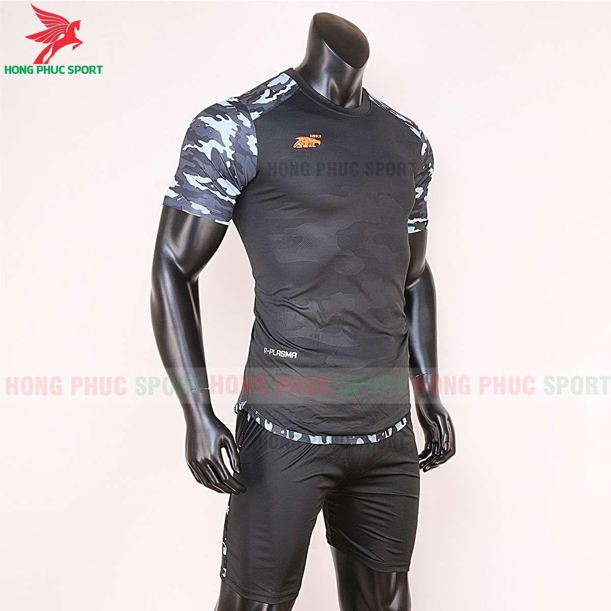 https://cdn.hongphucsport.com/unsafe/cdn.hongphucsport.com/dothethao.net.vn/wp-content/uploads/2020/02/ao-bong-da-khong-logo-riki-camor-den-2.jpg