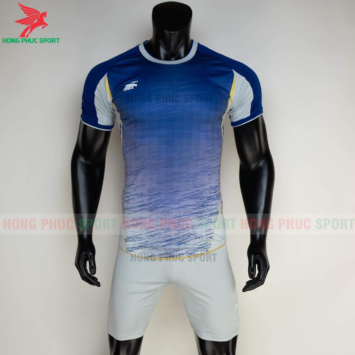 https://cdn.hongphucsport.com/unsafe/s4.shopbay.vn/files/285/ao-bong-da-khong-logo-riki-grambor-mau-xanh-duong-2-6050613720d94.png