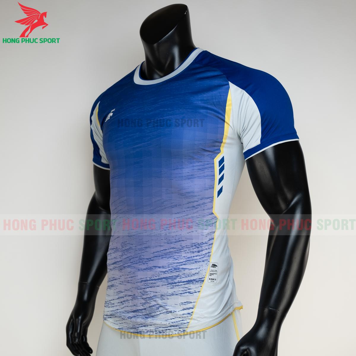 https://cdn.hongphucsport.com/unsafe/s4.shopbay.vn/files/285/ao-bong-da-khong-logo-riki-grambor-mau-xanh-duong-4-60506139d05fe.png