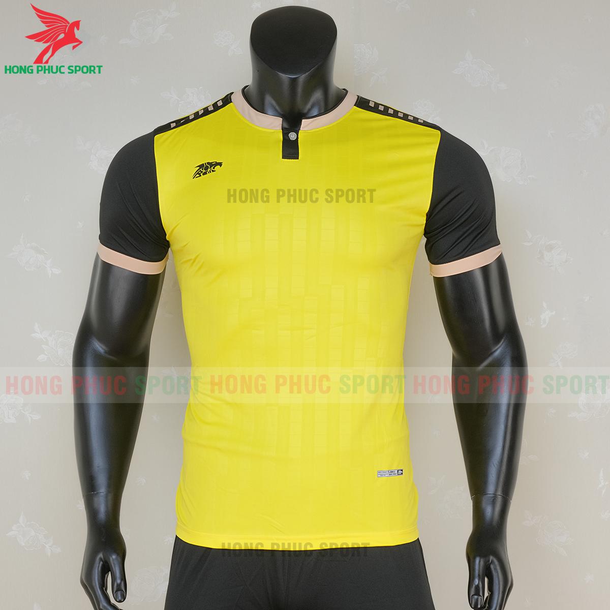 https://cdn.hongphucsport.com/unsafe/s4.shopbay.vn/files/285/ao-bong-da-khong-logo-riki-neck-mau-vang-5-5f71adf9622b9.png
