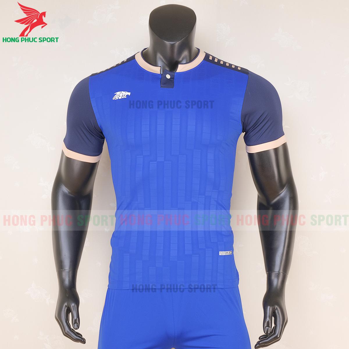 https://cdn.hongphucsport.com/unsafe/s4.shopbay.vn/files/285/ao-bong-da-khong-logo-riki-neck-xanh-duong-5-5f71afcb331e1.png