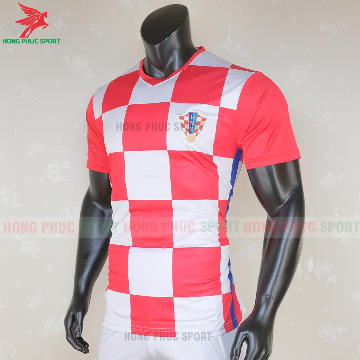 https://cdn.hongphucsport.com/unsafe/s4.shopbay.vn/files/285/ao-bong-da-tuyen-croatia-2020-san-nha-mau-1-5-5f7147c88c520.png