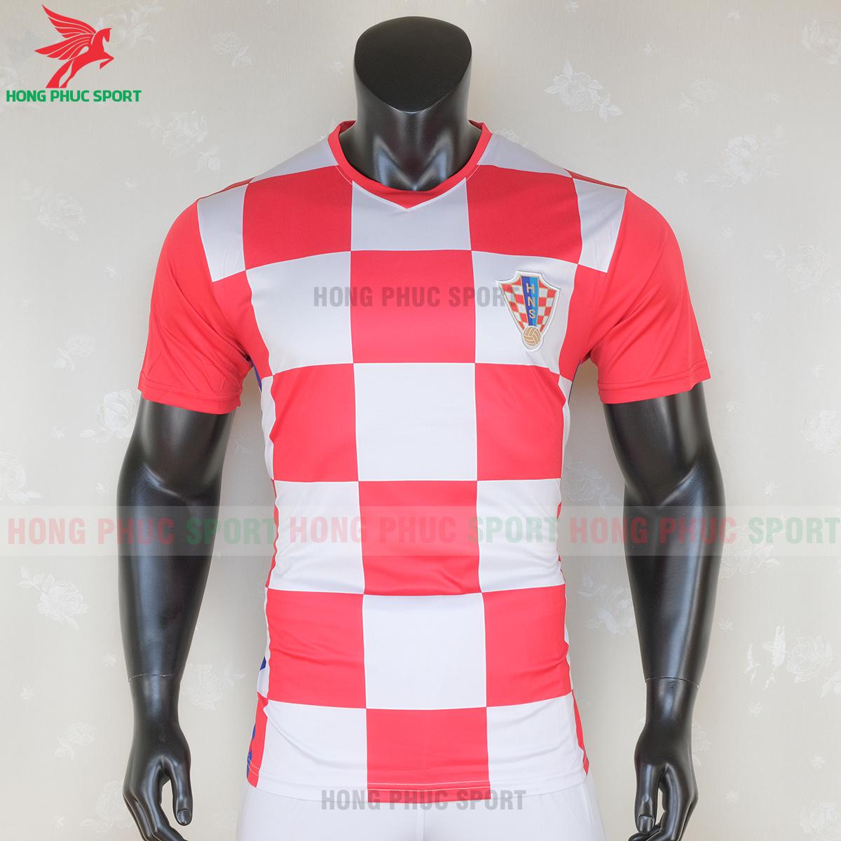 https://cdn.hongphucsport.com/unsafe/s4.shopbay.vn/files/285/ao-bong-da-tuyen-croatia-2020-san-nha-mau-1-7-5f7147c291a9f.png