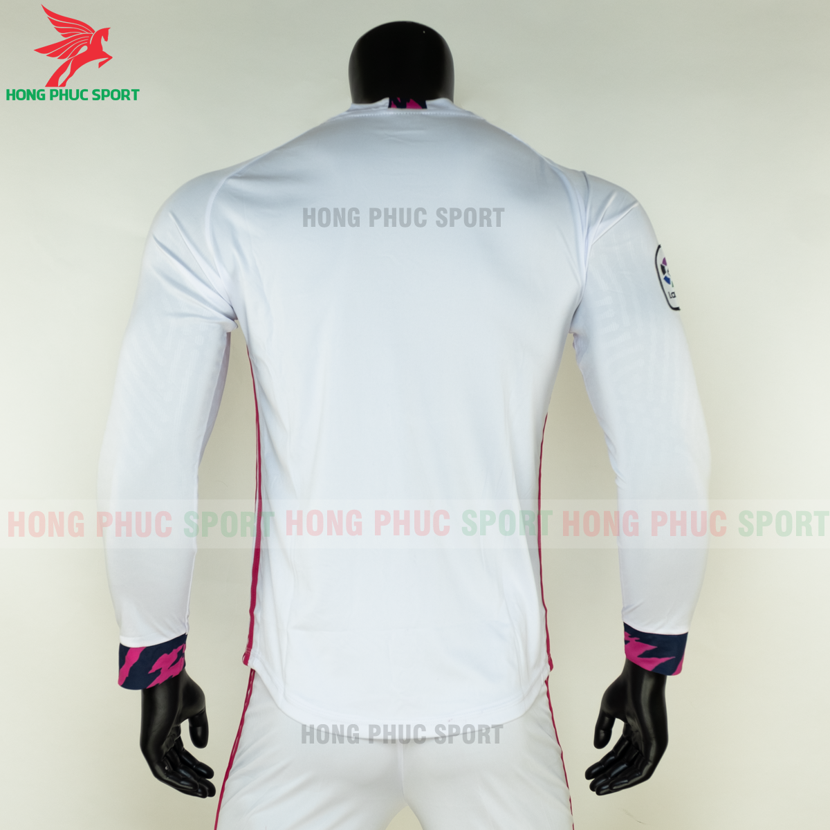 https://cdn.hongphucsport.com/unsafe/s4.shopbay.vn/files/285/ao-dai-tay-real-madrid-2020-san-nha-8-5f8fe2fd4c945.png